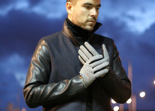 STREET STYLE MAN FASHION BLOGGER SUNSET NIGHT GLOVES LEATHER JACKET BLUE BLACK TURTLE NECK COOL ARTISAN ΓΑΒΡΙΗΛ ΝΙΚΟΛΑΙΔΗΣ