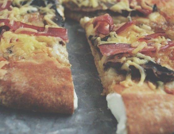 Philadelphia crust pizza with portobello mushrooms and bacon πίτσα με κρούστα από φιλαδέλφια τυρί, μανιτάρια, μπέικον cool artisan Γαβριήλ Νικολαίδης