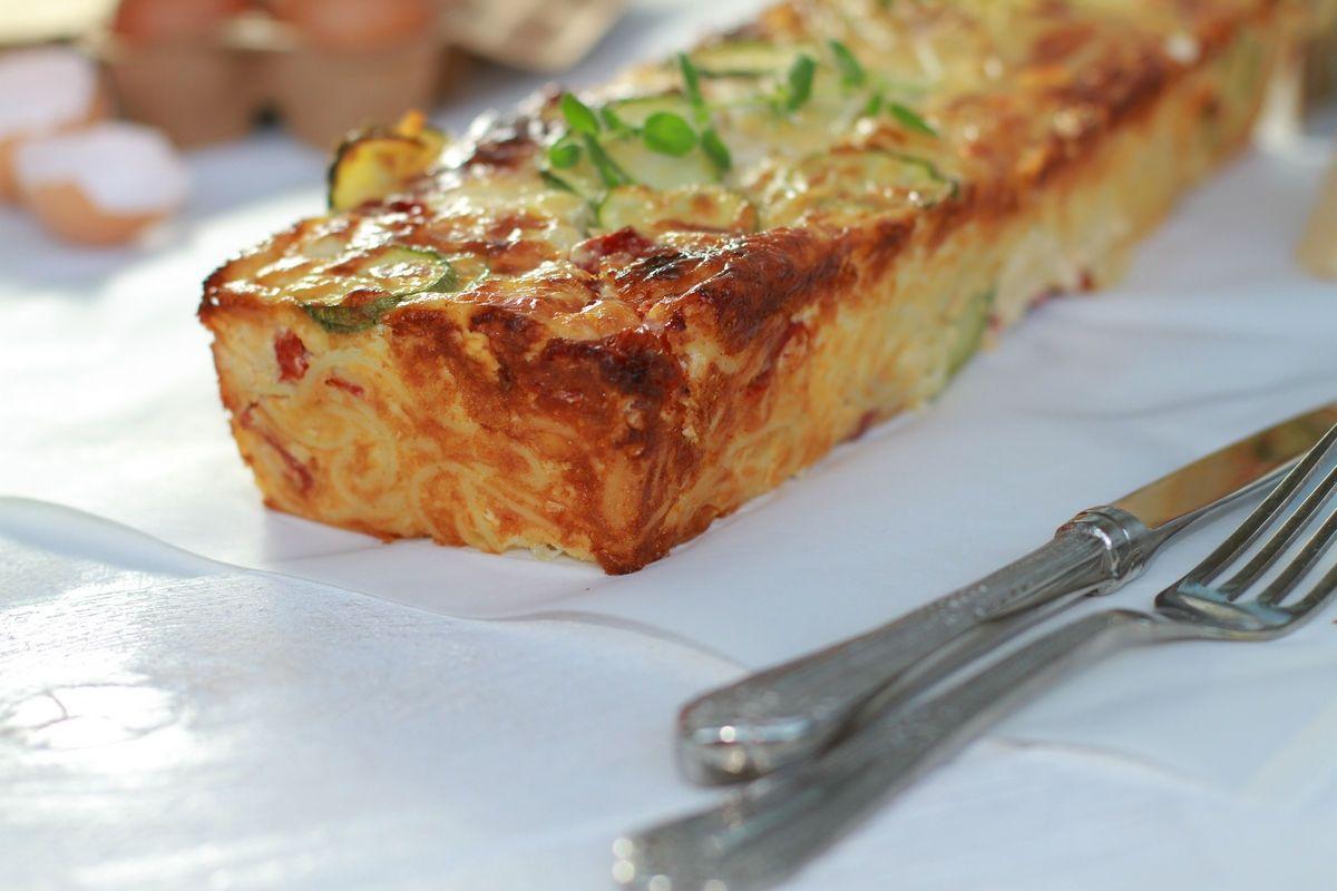 spaghetti cake, recipe, parmesan, cheddar, feta cheese, eggs, Tetrazzini. italian, συνταγή, κέικ, μακαρόνια, αυγά, κρέμα γάλακτος, παρμεζάνα, τσένταρ, φέτα , κολοκυθάκια, πιπεριές φλωρίνης, cool artisan