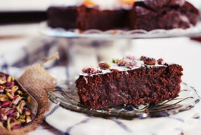 Pistachios and Orange Chocolate Pie Recipem, υγρο κέικ σοκολάτας, σοκολατόπιτα, κακάο, πορτοκάλι, φυστίκι, αιγίνης, ρευστή σοκολάτα, cool artisan, Γαβριήλ Νικολαΐδης