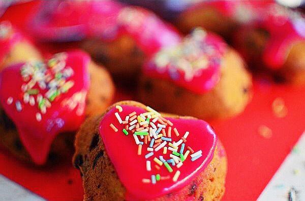 Romantic Valentine's Day Desserts Apricots and Chocolate Muffins Recipe, easy, basic muffins recipe, pink froasting, μάφινς, αγιου βαλεντίνου, συνταγή, ροζ γλάσο, σοκολάτα