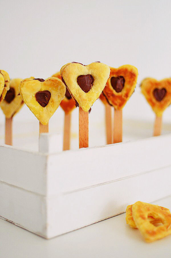 Romantic Valentine's Day Desserts, recipe, cake pops, heart pops, puff pastry, nutella, chocolate, 2 ingredients, dessert, συνταγή, καρδιά, γλυκό, νουτέλα, Αγίου Βαλεντίνου, σοκολατένια καρδιά, πραλίνα φουντουκιού, ζύμη, σφολιάτα, καρδιά, Γαβριήλ Νικολαΐδης, cool artisan