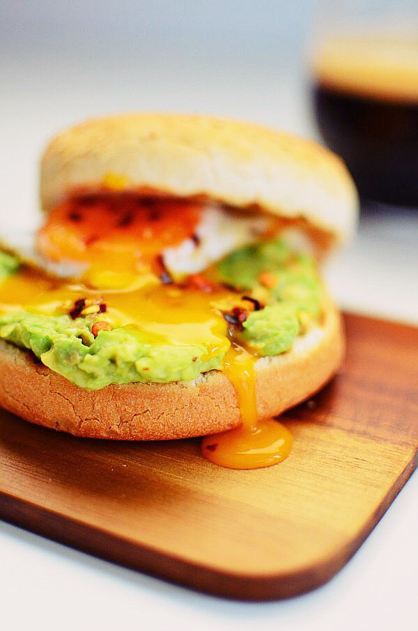 Avocado Smash Recipe and Egg burger Recipe, lime, brunch, breakfast, simple, συνταγή, απλή, αβοκάντο, αυγό, αλάτι, λάιμ, μπούκοβο, coolartisan