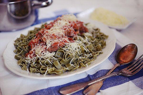 ελληνική, συνταγή, κοκκινιστό, μοσχάρι, ταλιατέλες, ζυμαρικά, σάλτσα ντομάτας, κόκκινο κρασί, παρμεζάνα, veal, red wine, tomato sauce, pasta, greek recipe, cool artisan 1