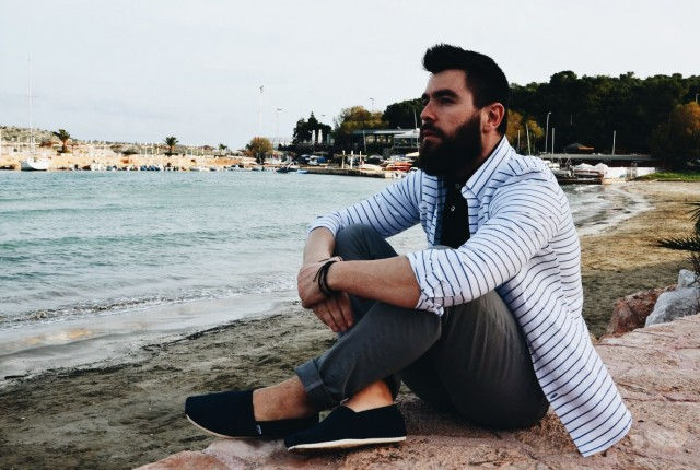 man, fashion, style, beach, trends, 2016, shirt, polo, chinos, american eagle, espadrilles, toms, cool artisan, athens riviera, beard, streetstyle, mens fashion, guy, fashion blogger, black, stripes