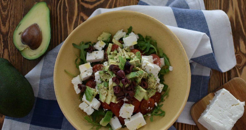 Χωριάτικι σαλάτα με αβοκάντο