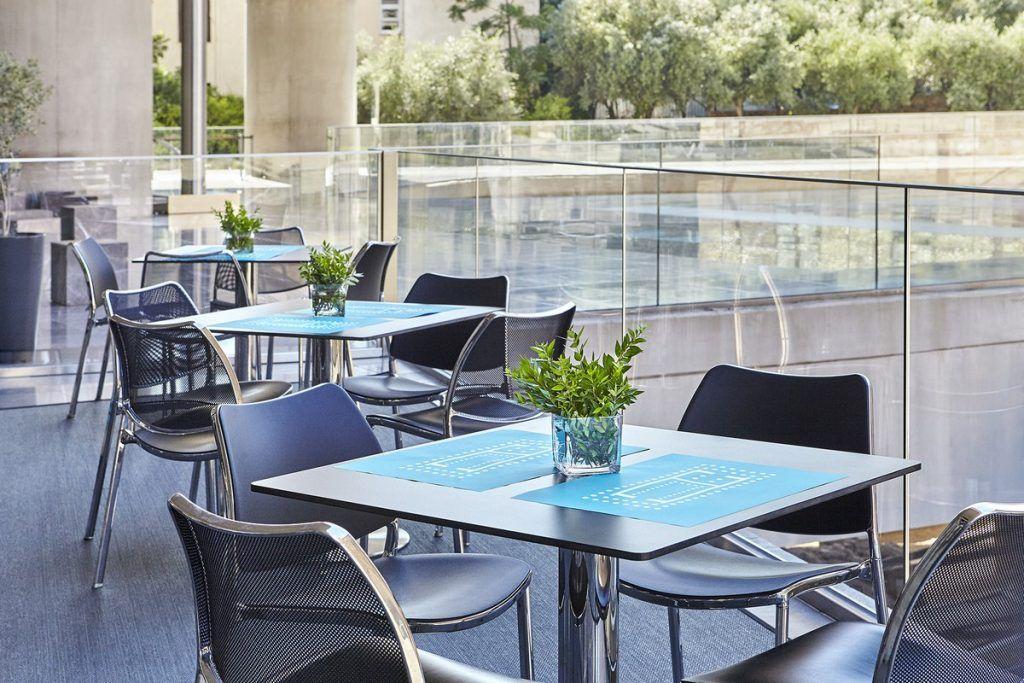 Το καφέ ισογείου του Μουσείου Ακρόπολης. © Μουσείο Ακρόπολης. Φωτογραφία Γιώργος Βιτσαρόπουλος